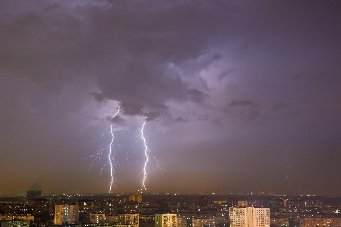 Zwei Blitze über einer Stadt