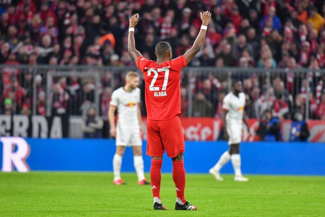David Alaba von hinten, reckt die Hände nach oben