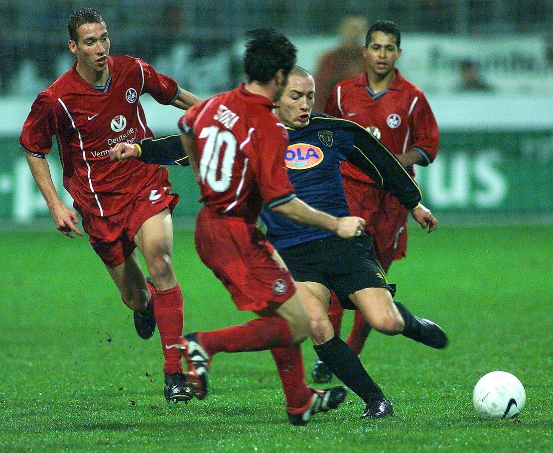 Ciriaco Sforza von Kaiserslautern geht in einen Zweikampf mit einem Gegenspieler