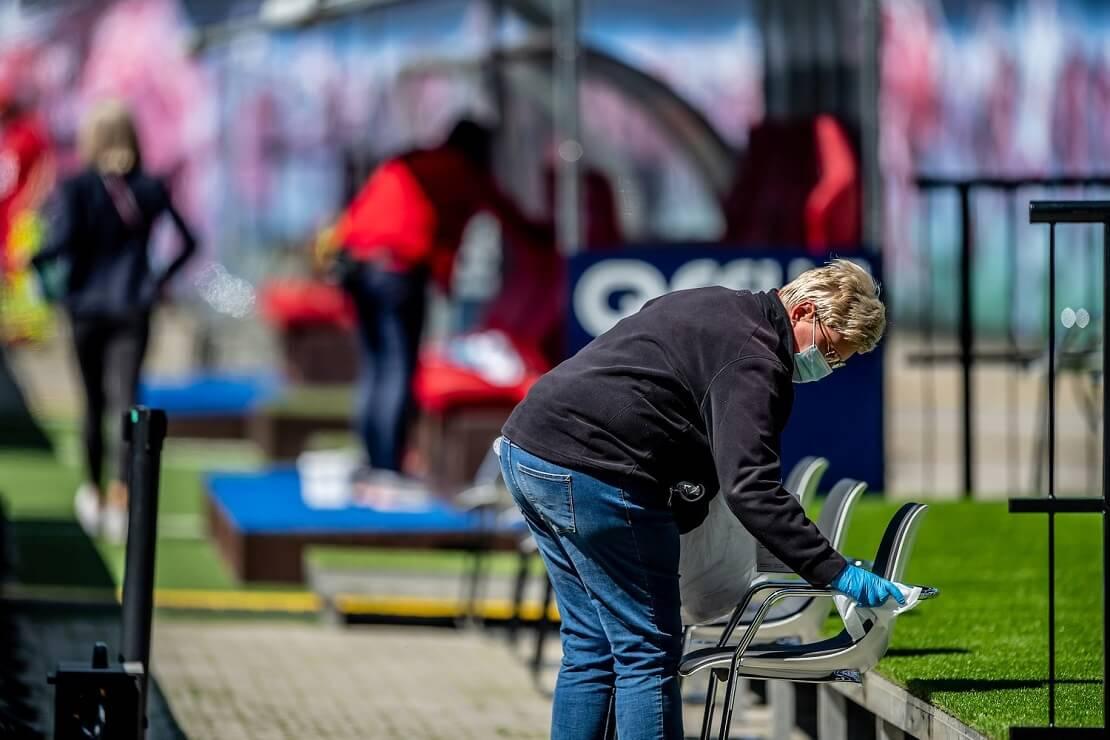 Reinigung von Sitzflächen im Stadion