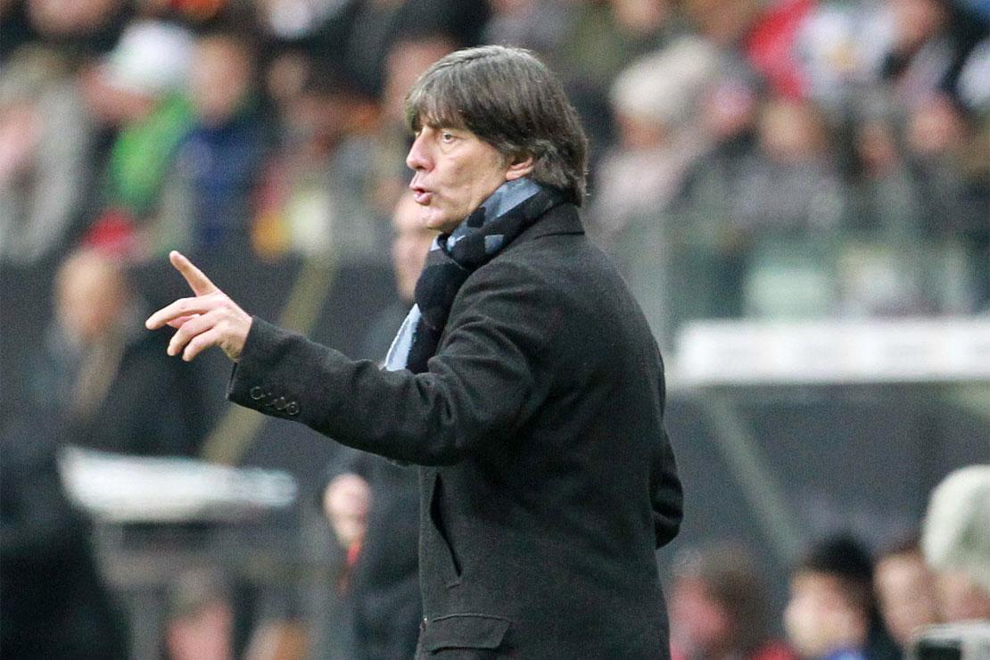 Joachim Löw gestikuliert an der Seitenlinie