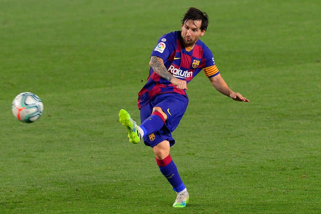 Lionel Messi schießt einen Freistoß