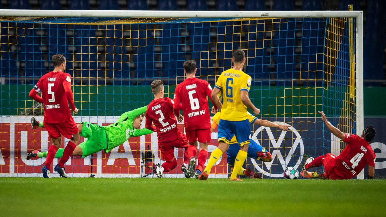 Martin Kobylanski von Braunschweig grätscht den Ball ins Tor von Hertha