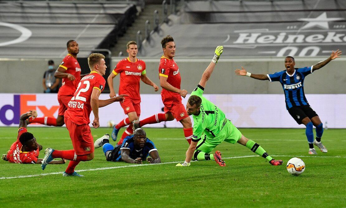 Spieler von Leverkusen und Inter Mailand im Strafraum