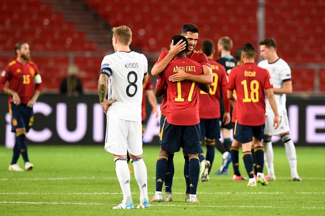 Toni Kroos stemmt die Hände in die Hüften, Spaniens Spieler jubeln