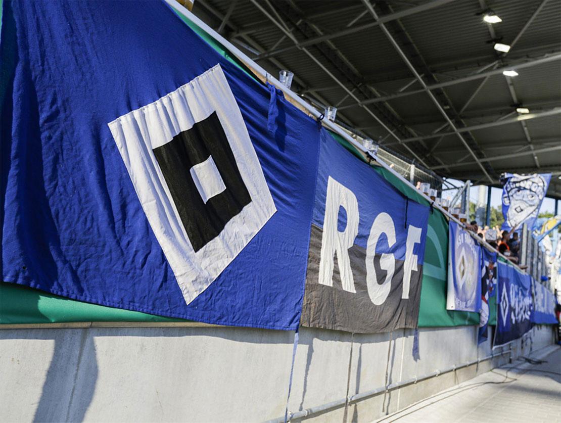 HSV Fahne an einer Stadion Mauer