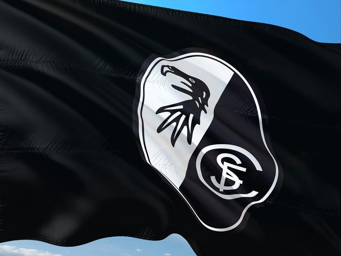 Schwarze Flagge mit Logo des SC Freiburg