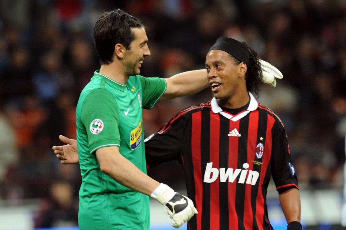 Buffon und Ronaldinho umarmen sich