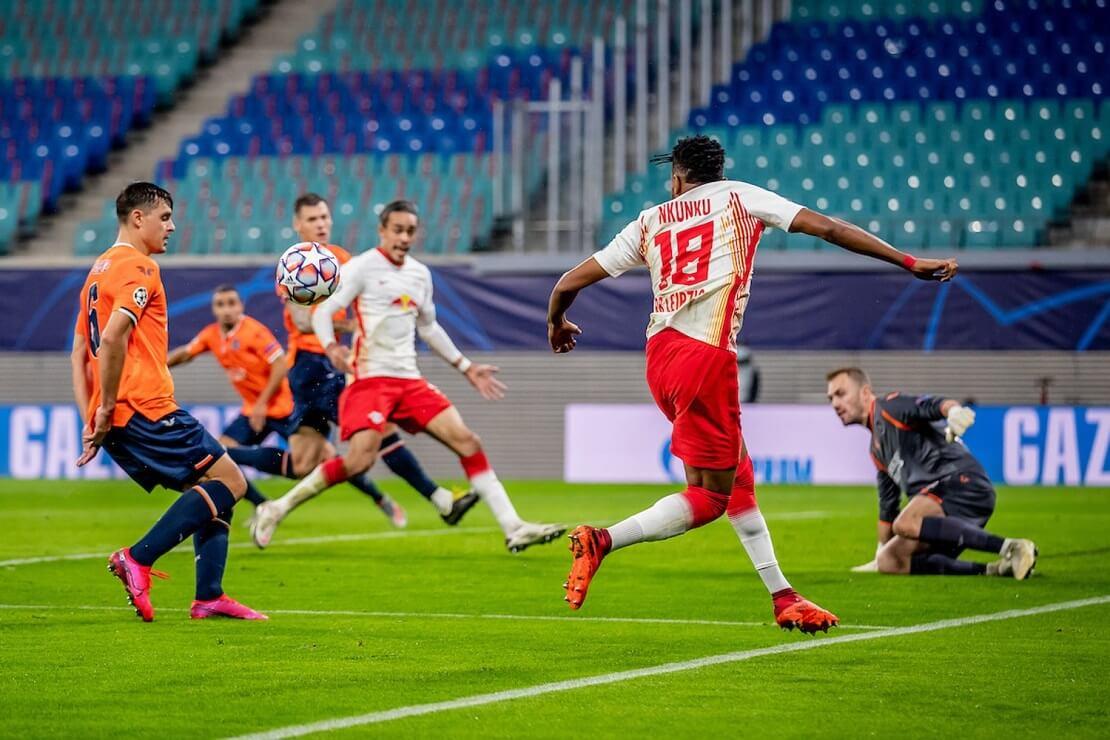 Spieler von Leipzig und Istanbul kämpfen um den Ball