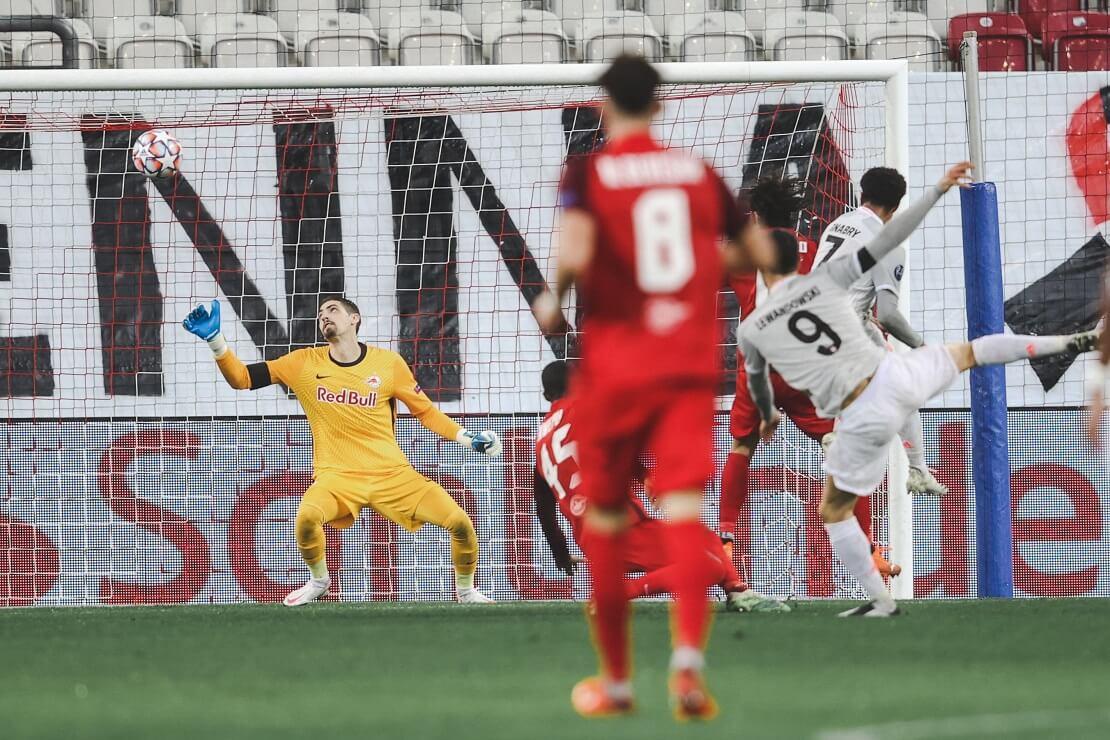 Lewandowski erzielt ein Tor, der Torwart von Salzburg kommt nicht an den Ball