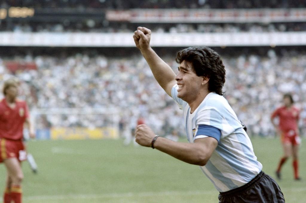 Diego Maradona jubelt im Trikot von Argentinien