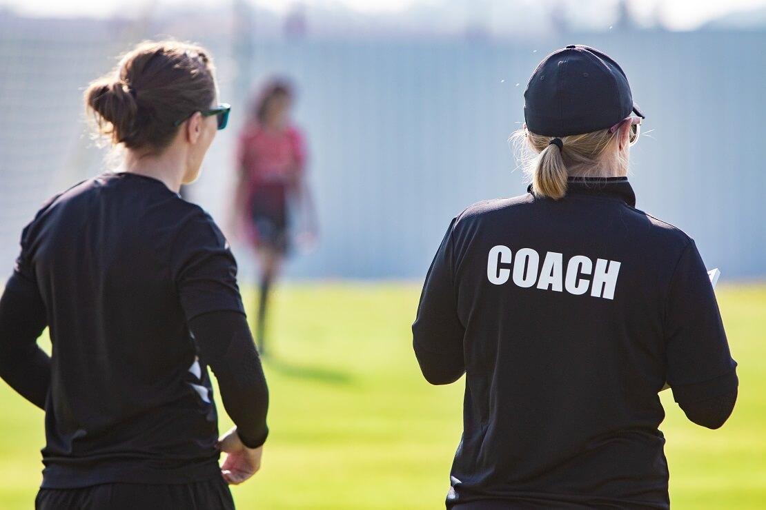 Zwei Fußball-Trainerinnen mit dem Rücken zur Kamera