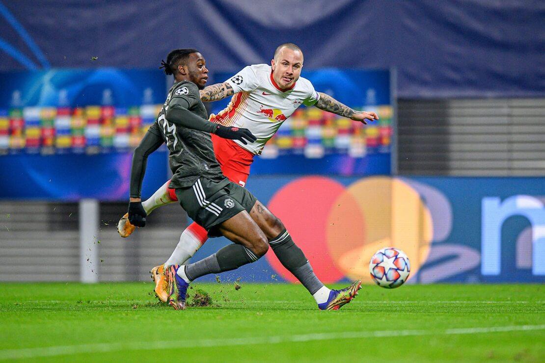 Angelino von RB Leipzig beim Schuss gegen Manchester United