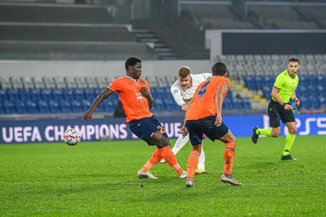 Leipzigs Sörloth schießt vor zwei Abwehrspielern