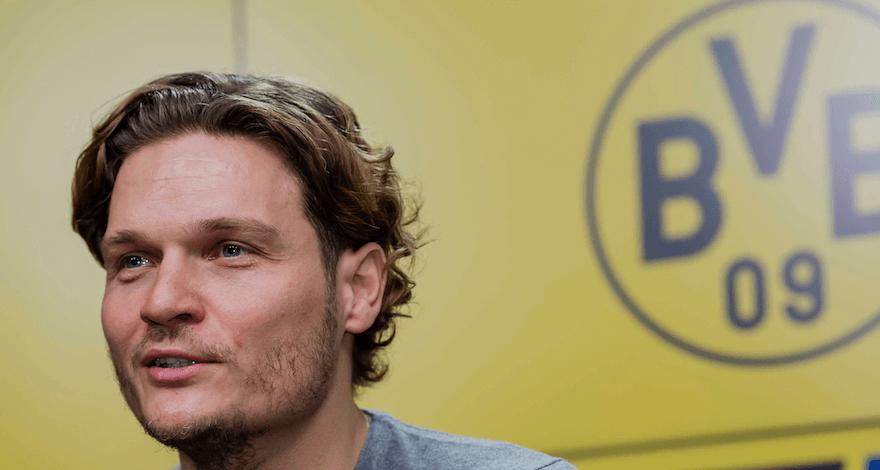 Edin Terzic vor dem Logo von Borussia Dortmund