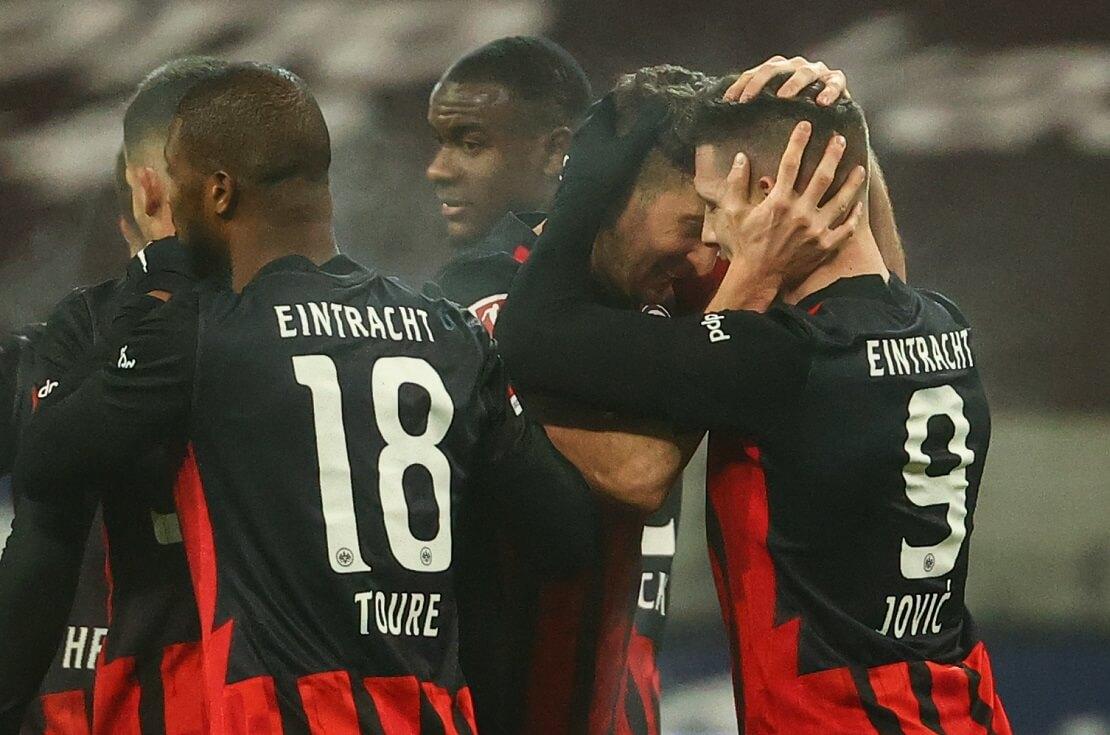 Eintracht Frankfurts Spieler bejubeln ein Tor