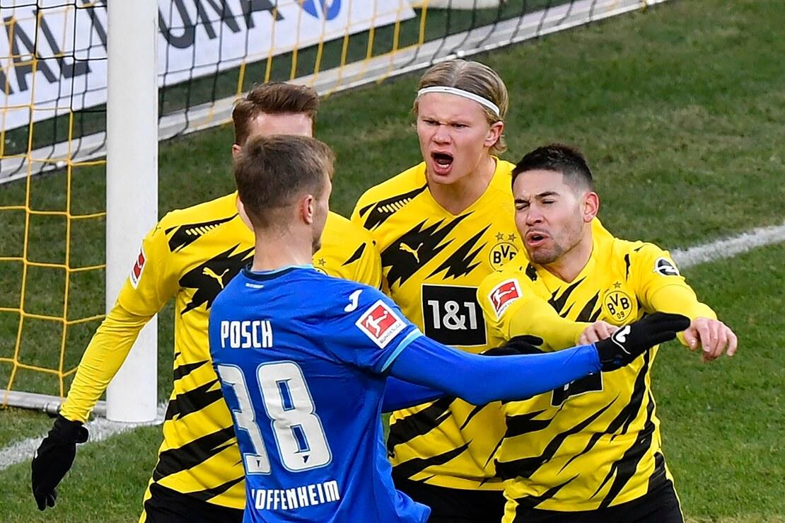 Dortmunder Spieler um Erling Haaland streiten sich mit dem Hoffenheimer Posch