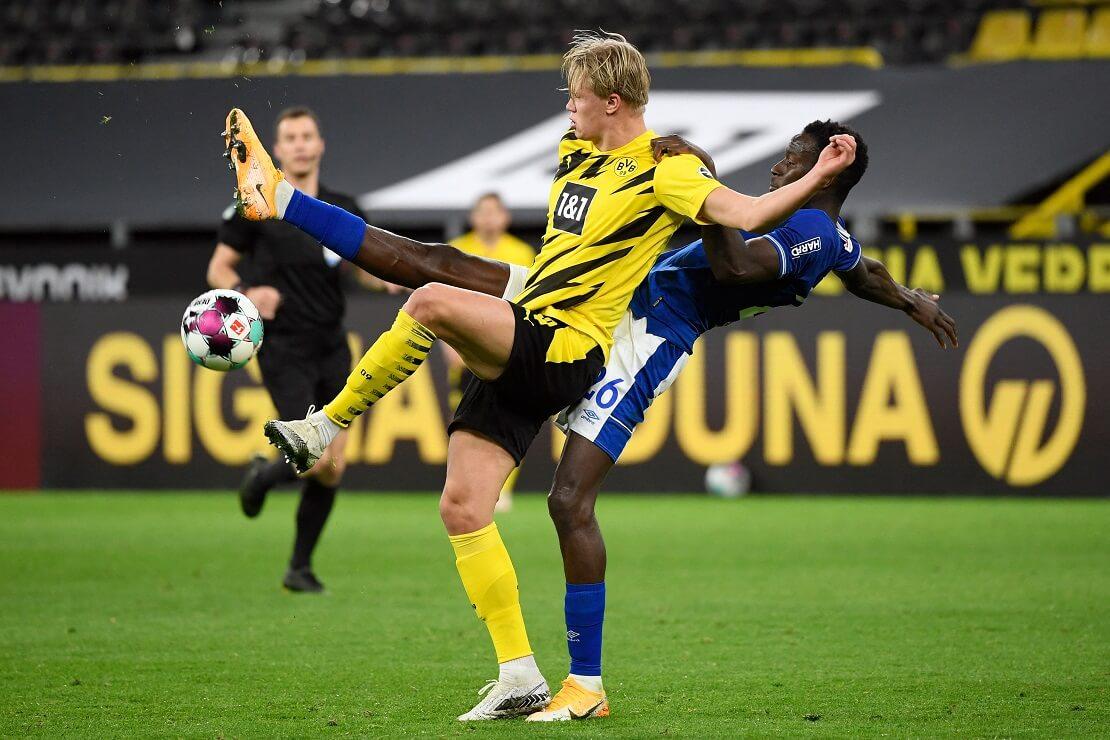 Erling Haaland im Zweikampf mit einem Gegenspieler von Schalke