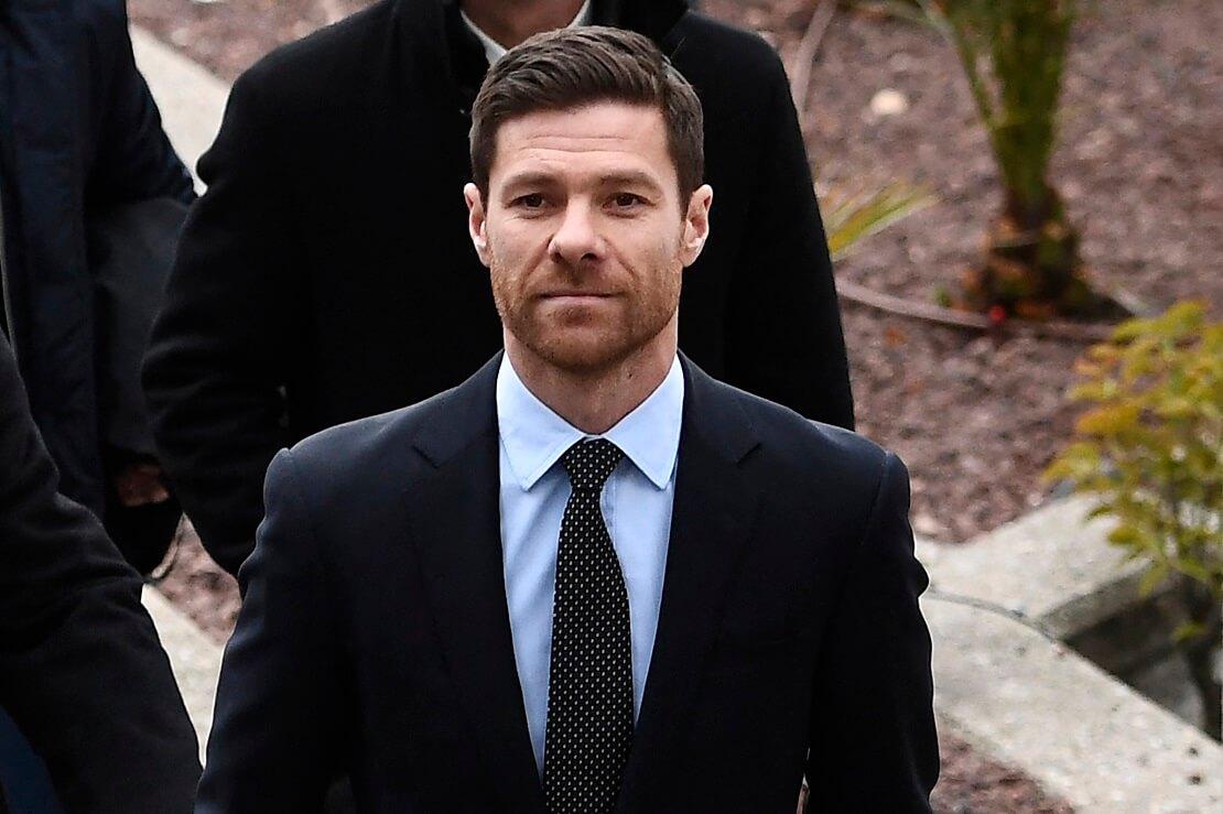 Xabi Alonso mit Anzug und Krawatte