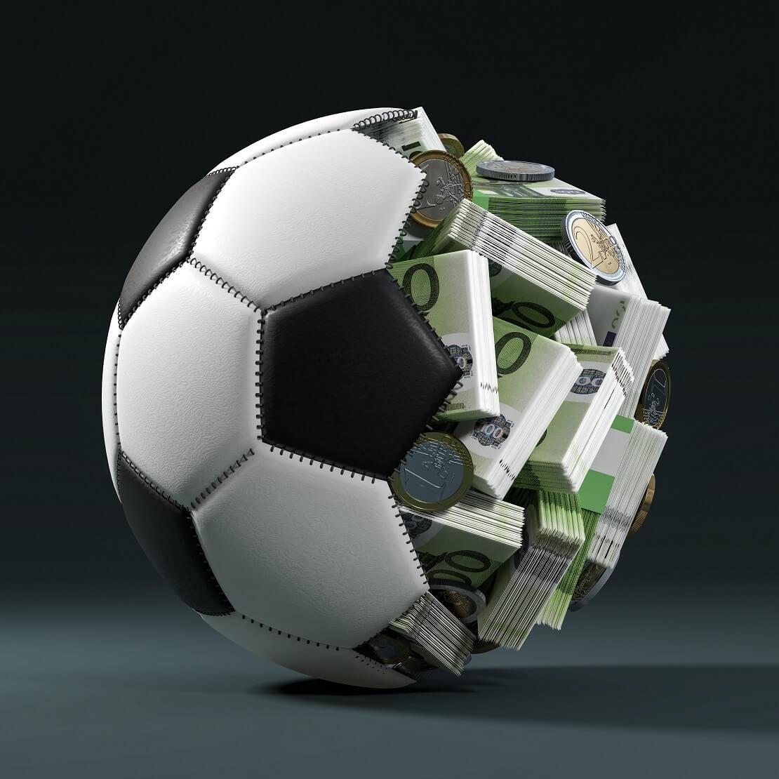 Ein Fußball ist zur Hälfte aufgeplatzt, im Inneren ist Geld
