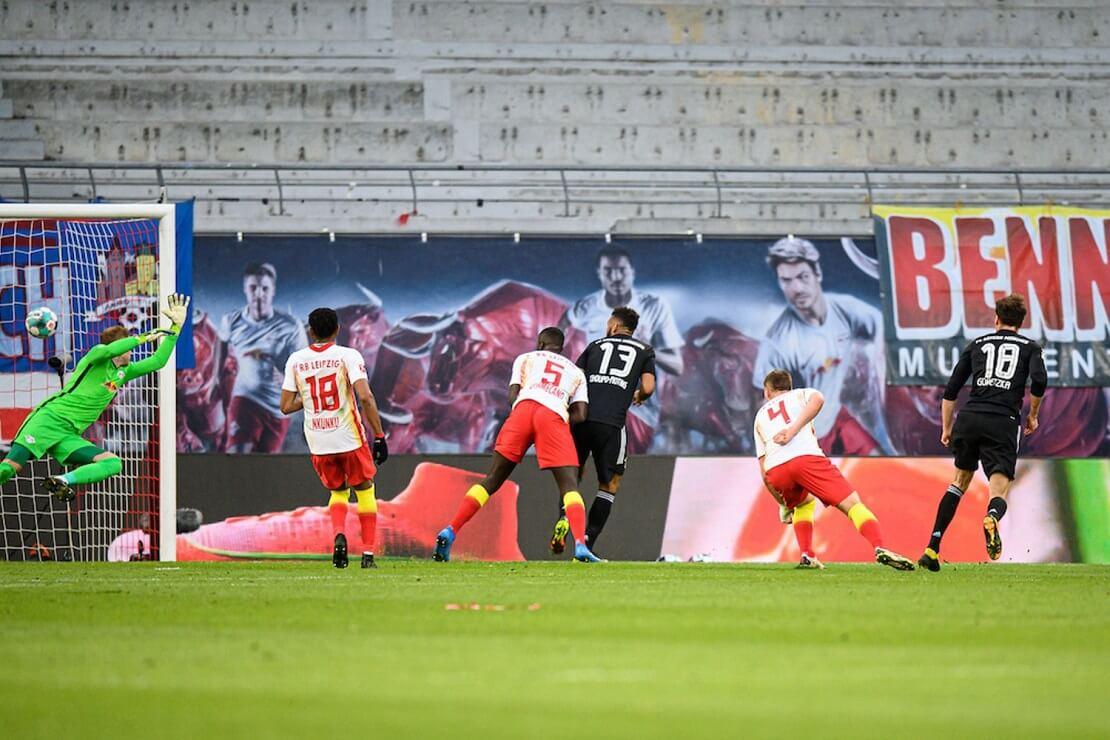 Leon Goretzka schießt ein Tor gegen RB Leipzig