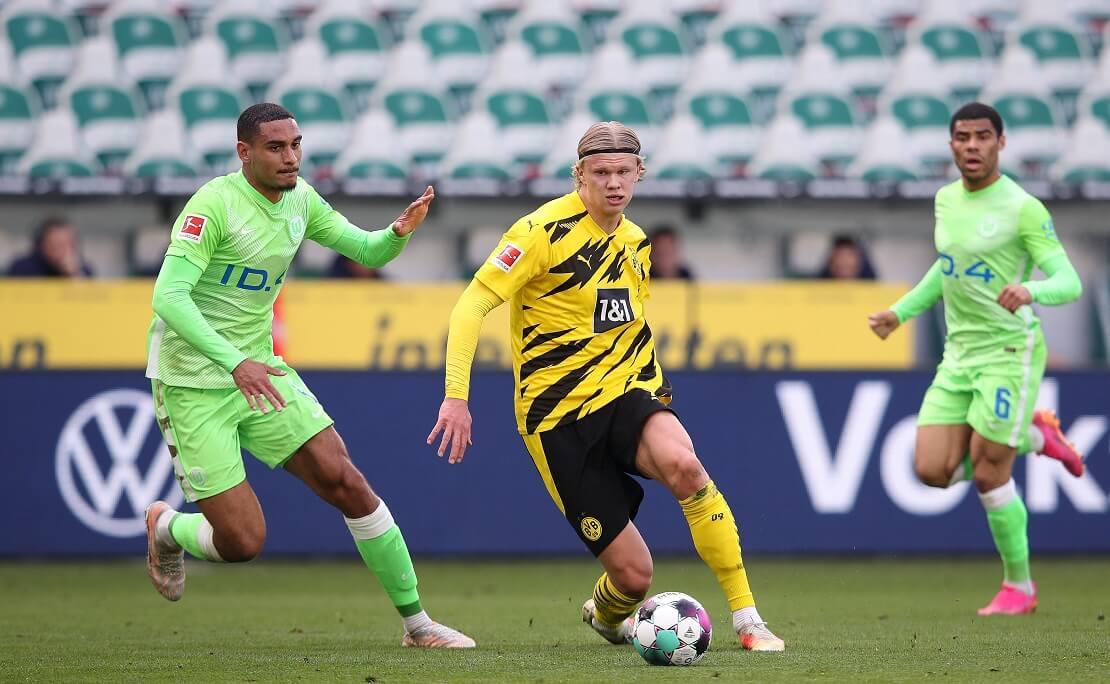 Erling Haaland dribbelt durch die Wolfsburger Verteidiger