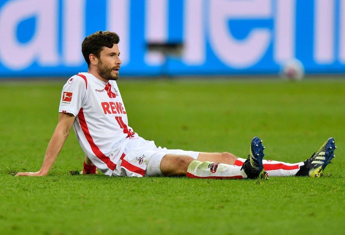 Jonas Hector sitzt ausgelaugt und nachdenklich auf dem Rasen