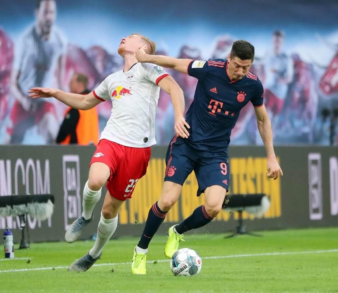 Robert Lewandowski schüttelt einen Leipziger Gegenspieler ab