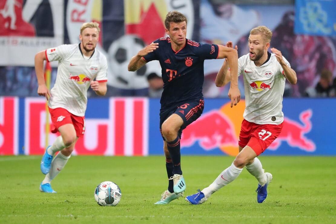 Thomas Müller läuft zwei Leipziger Gegenspielern davon