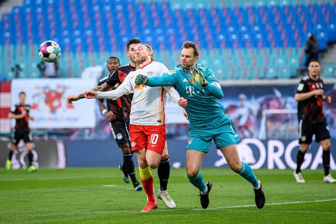 Manuel Neuer faustet den Ball vor Emil Forsberg weg