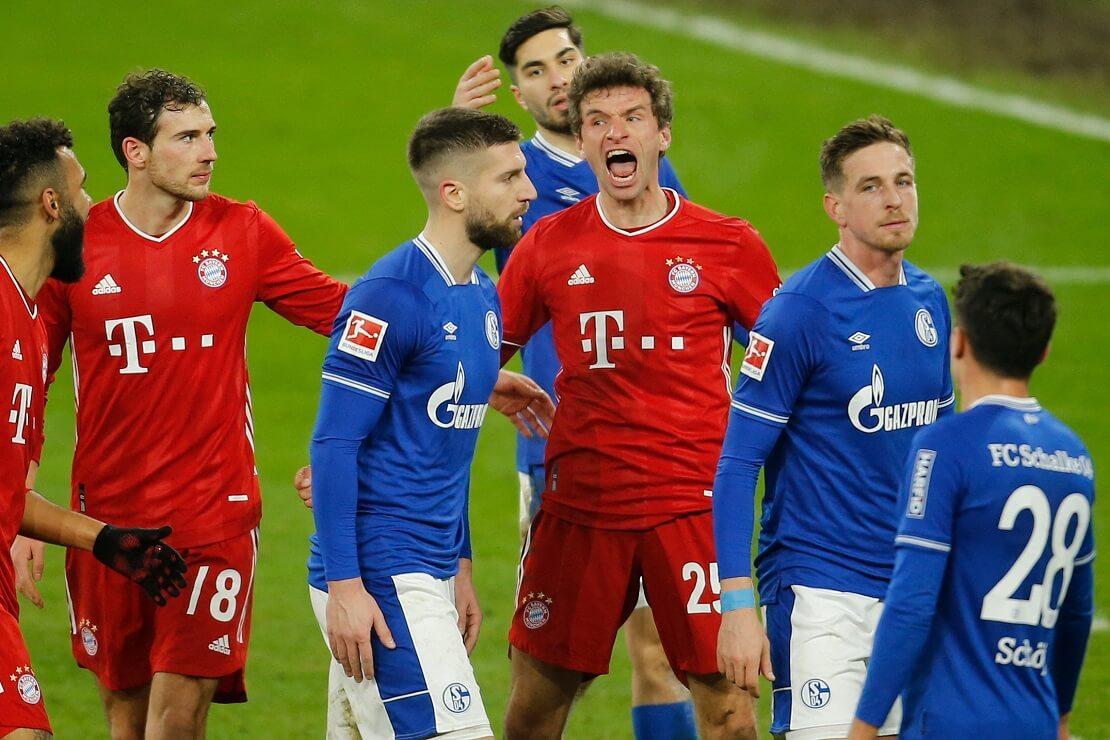Thomas Müller schreit inmitten von Schalke-Spielern