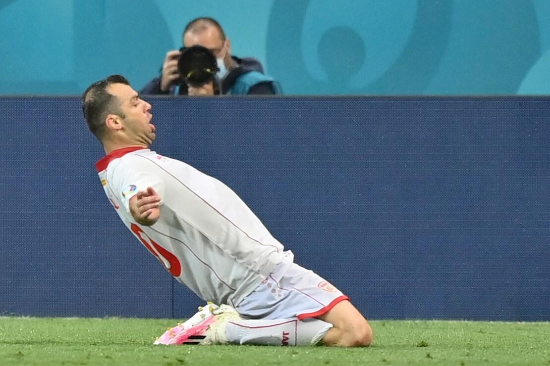 Goran Pandev von Nordmazedonien feiert sein Tor auf Knien rutschend