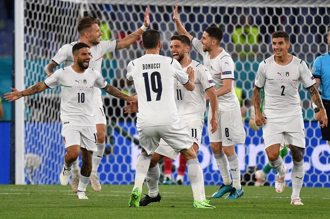 Spieler der italienischen Nationalmannschaft bejubeln ein Tor