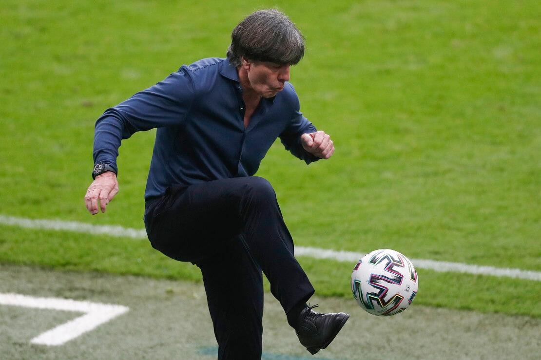 Joachim Löw spielt einen Ball mit dem Fuß