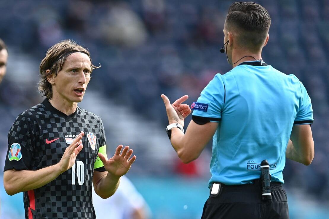 Luka Modric von Kroatien beschwichtigt den Schiedsrichter