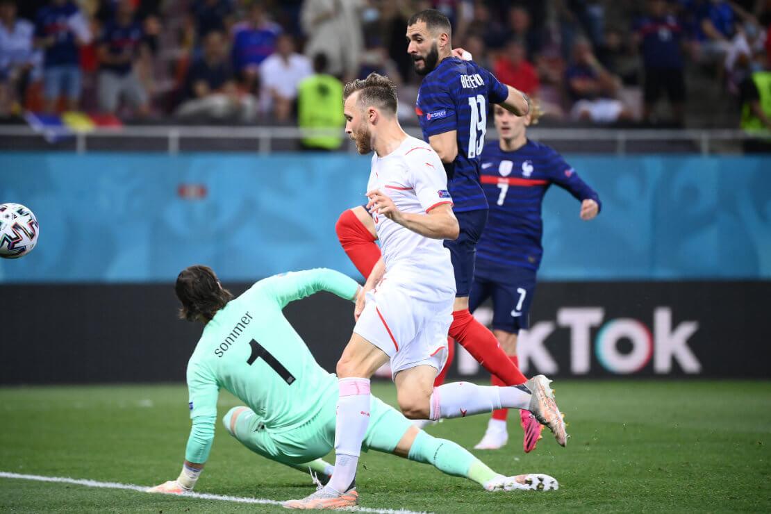 Karim Benzema lupft den Ball über Yann Sommer hinweg