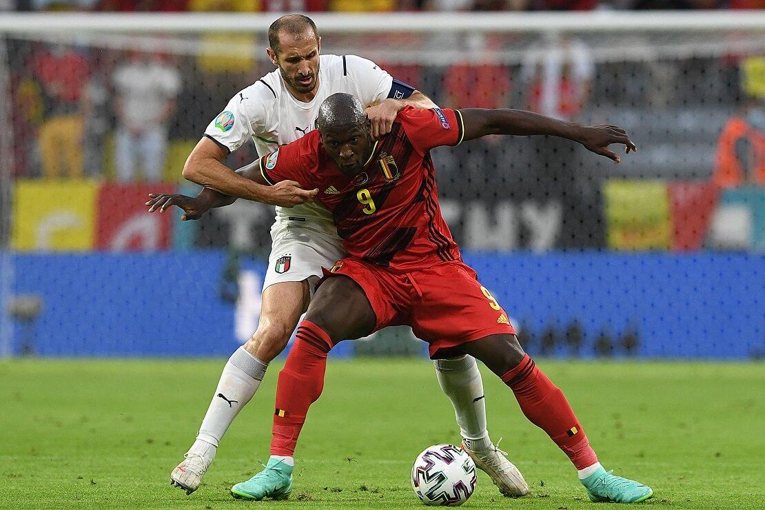 Giorgio Chiellini und Romelu Lukaku kämpfen um den Ball