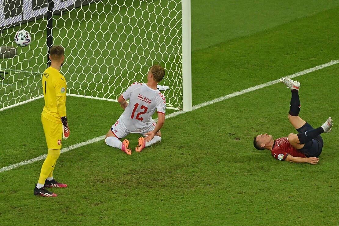 Dänemarks Kaspar Dollberg trifft gegen Tschechien ins Tor