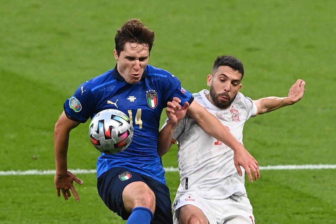 Federico Chiesa von Italien und Jordi Alba von Spanien kämpfen um den Ball
