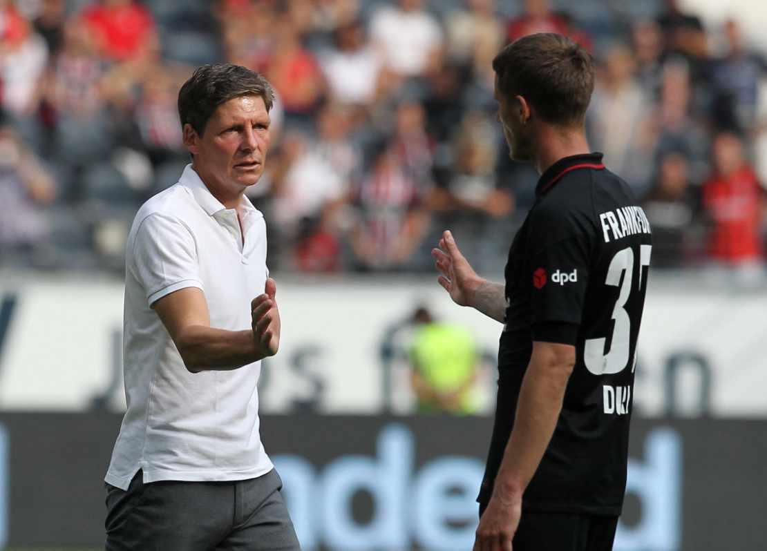 Frankfurts Trainer Oliver Glasner klatscht mit Erik Durm ab
